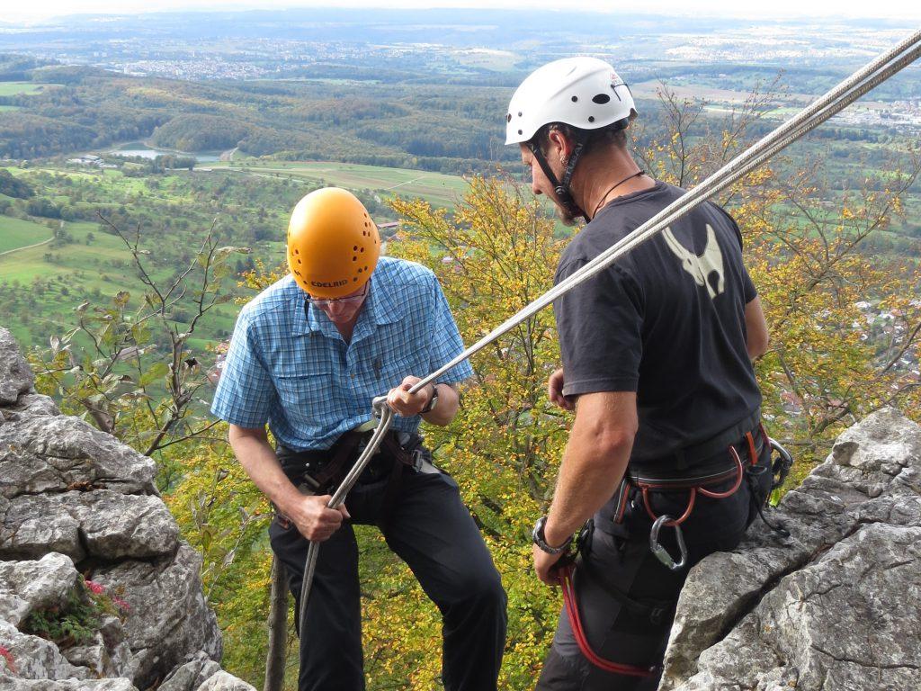 Abseilen von einem Fels mit Vorbereitung