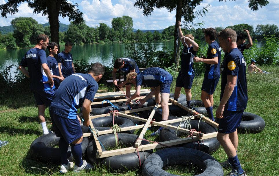 Floßbau als Teamaufgabe