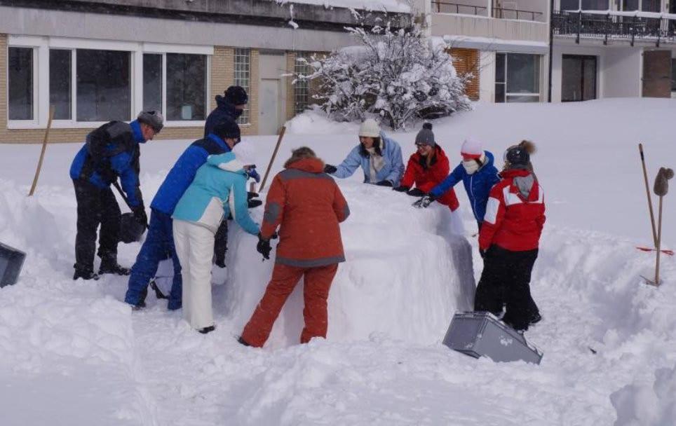 Teamaufgabe Schneebar- alle packen mit an und stärken das Wir-Gefühl